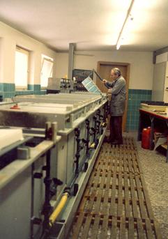 Jahr 1985 Handgalvanik- Die Warenträger wurden von Hand von Bad zu Bad getragen. Die Zeit in jedem Bad wurde über mechanische Timer überwacht.