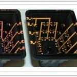 Figura 1: Carcasa fabricada con tecnología LPKF-LDS® (izquierda)y niveles de montaje distribuidos en altura de un sensor de presión energéticamente autosuficiente (derecha). Fuente: Proyecto conjunto IEKU del Ministerio Federal de Educación e Investigación (V3EAAS010).