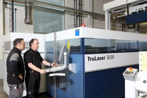 Arbeiten mit der TruLaser 3030. Routinierter Einsatz modernster Technik ist der Garant für höchste Qualität.